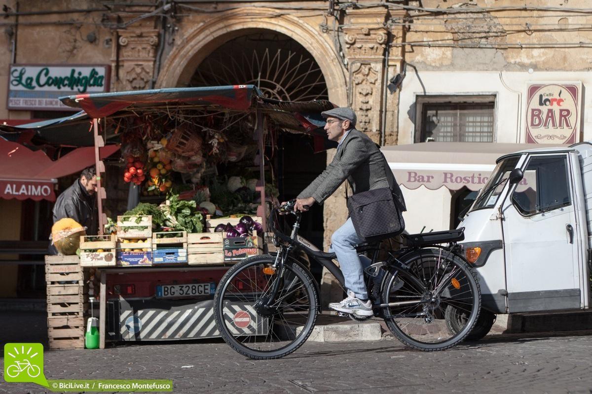Una foto di Alessandro a cavallo della bici elettrica Original 7e per Palermo